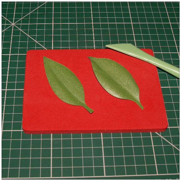 Making A Floral Easel Card With The Cricut Mini - Shaping The Leaves